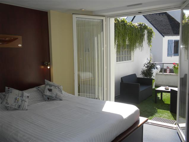 Room n°6 BELLE ILE EN MER, 1st floor, queen size bed and 2 bunk beds 90 (16m²) + private terrace- Hôtel le Marin Auray